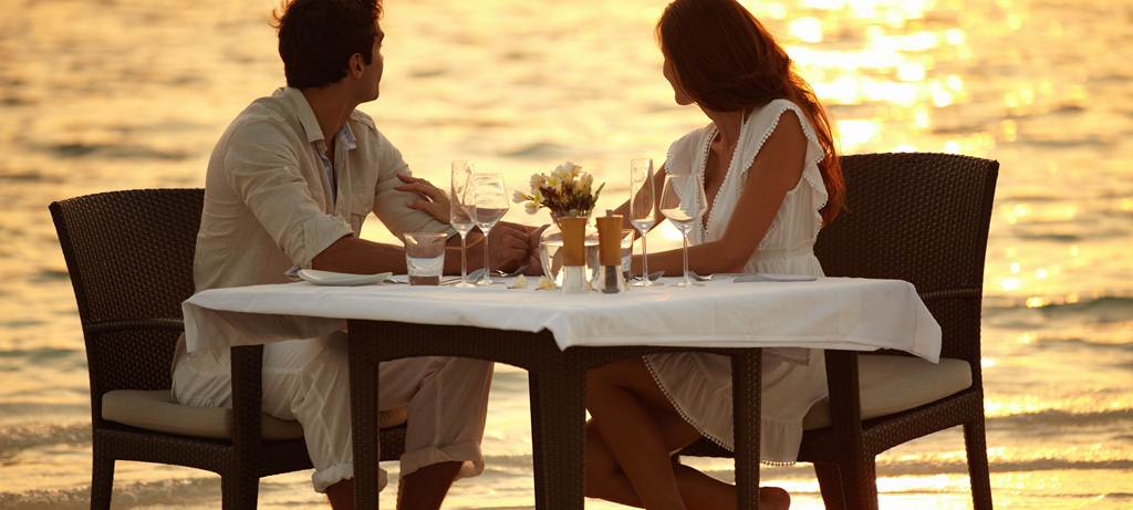 Young-couple-dine-on-beach